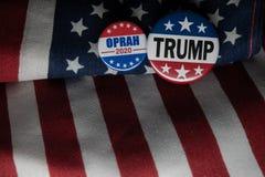 Oprah 2020 presidents- emblem och emblemet för trumf 2020 mot Förenta staterna sjunker arkivbild