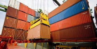 Opération de cargaison dans le port par nuit Photographie stock