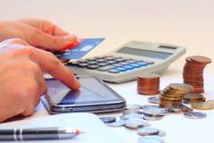 Opérations bancaires d'Internet utilisant le téléphone portable Photo stock