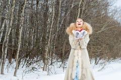 Oprecht lachende jonge vrouw in een de winterbos Stock Foto's