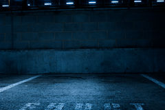Opróżnia Betonowego parking samochodowego Wśrodku budynku Zdjęcie Royalty Free