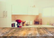 Opróżnia stołową deskę i defocused białego retro kuchennego tło Obrazy Royalty Free