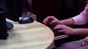 Oprogramowania programowania przedsiębiorca budowlany pracuje na projekcie w pracownianym biurze zdjęcie wideo