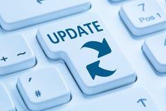 Oprogramowanie aktualizaci sieci ochrony wirusowa błękitna klawiatura zdjęcie stock