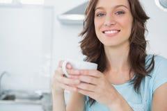 Opromieniona brunetka pije kawę Zdjęcie Royalty Free
