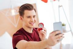 Opromieniony mężczyzna bierze selfies z propozycja pierścionkiem Obrazy Stock