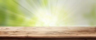 Opromieniony wiosny tło z drewnianym stołem Zdjęcia Royalty Free