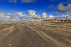 Opryskiwanie piasek podczas ciężkiej burzy na nagiej i pustej Holenderskiej Północnego morza plaży przy IJmuiderslag Obraz Stock