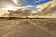 Opryskiwanie piasek podczas ciężkiej burzy na nagiej i pustej Holenderskiej Północnego morza plaży przy IJmuiderslag Zdjęcia Royalty Free