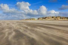 Opryskiwanie piasek podczas ciężkiej burzy na nagiej i pustej Holenderskiej Północnego morza plaży przy IJmuiderslag Zdjęcie Royalty Free