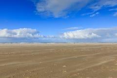 Opryskiwanie piasek podczas ciężkiej burzy na nagiej i pustej Holenderskiej Północnego morza plaży przy IJmuiderslag Obraz Royalty Free
