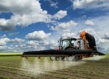Opryskiwanie soi pole przy wiosną Obrazy Stock