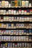 Opschortende sigarettenpakken Planken in een winkel royalty-vrije stock afbeeldingen