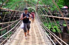 Opschorting houten en bamboebrug bij Tad Pha Suam-watervallen royalty-vrije stock foto's