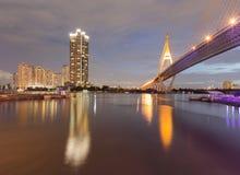 Opschorting overbrugd kruis over de nachtmening van Bangkok royalty-vrije stock fotografie