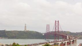 Opschortings rode metaalbrug, cruiseschip, Lissabon van de binnenstad, timelapse HD stock videobeelden