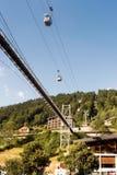 Opschortingsvoetgangersbrug en bellenlift in Morzine Stock Afbeelding
