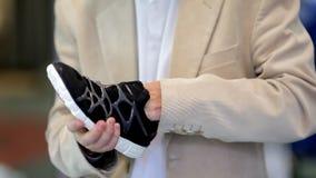 Opslag: een mens kiest tennisschoenen, close-up stock videobeelden
