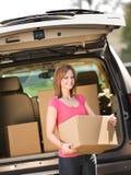 Opslag: Het krijgen van Doos uit Vrachtwagen Stock Foto