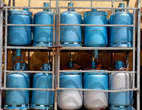 Opslag met flessen gas stock afbeeldingen
