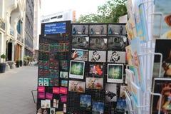 Opslag met toeristenprentbriefkaaren en herinneringen stock afbeeldingen