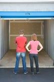 Opslag: Paar die Lege Eenheid bekijken Royalty-vrije Stock Foto