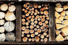 Opslag van houten brandhoutstapels buiten stock afbeeldingen