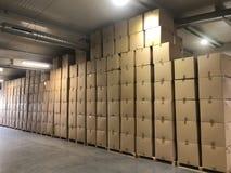 Opslag van kartondozen bij de productie stock afbeelding