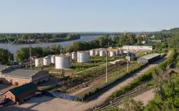 Opslag van olieproducten op de rivierbank royalty-vrije stock fotografie