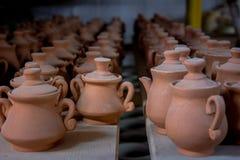 Opslag van traditionele met de hand gemaakte koppen van klei in een aardewerk, Kreta Royalty-vrije Stock Foto