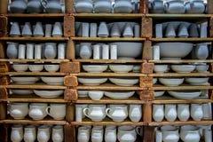 Opslag van traditionele met de hand gemaakte koppen van klei in een aardewerk, Kreta Royalty-vrije Stock Afbeelding