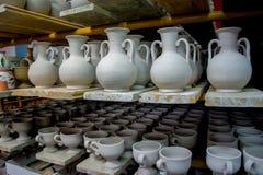 Opslag van traditionele met de hand gemaakte koppen van klei in een aardewerk, Kreta Royalty-vrije Stock Afbeeldingen