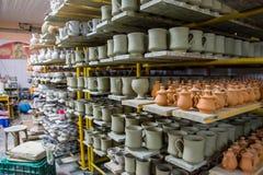Opslag van traditionele met de hand gemaakte koppen van klei in een aardewerk, Kreta Royalty-vrije Stock Fotografie
