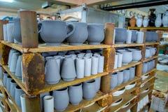 Opslag van traditionele met de hand gemaakte koppen van klei in een aardewerk, Kreta Stock Fotografie
