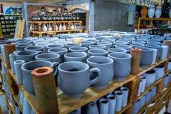 Opslag van traditionele met de hand gemaakte koppen van klei in een aardewerk, Kreta Stock Afbeeldingen
