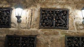 Opslag van uitstekende wijn in de muur van de kelder onder het slot Excursie rond de wijnmakerij van de Krim de wijnkelder is stock videobeelden