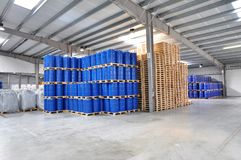 Opslag van vaten in een chemische fabriek - logistiek en het verschepen stock afbeeldingen