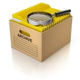 Opslagdoos met vergrootglas en gele omslagen Stock Foto