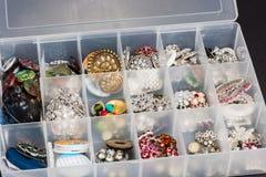 Opslagdoos van knopen worden gebruikt om juwelen tot stand te brengen die royalty-vrije stock afbeeldingen
