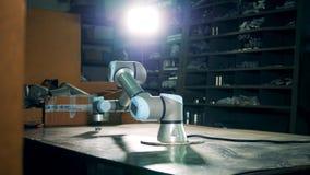 Opslageenheid met een bewegend robotachtig element stock video