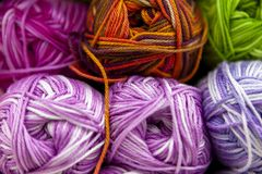 Opslagplank met kleurengaren voor het breien met naalden, haaknaald stock afbeeldingen