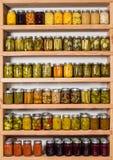 Opslagplanken met ingeblikt voedsel Stock Afbeelding