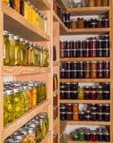 Opslagplanken met ingeblikt voedsel Royalty-vrije Stock Foto's