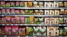 Opslagplanken met voedsel voor dierenknaagdieren dat worden ingepakt Stock Fotografie