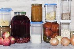 Opslagplanken in voorraadkast met eigengemaakte ingeblikte bewaarde vruchten en groenten royalty-vrije stock afbeelding