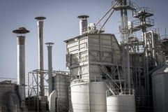Opslagraffinaderij, pijpleidingen en torens, zware industrieoverzicht Stock Foto