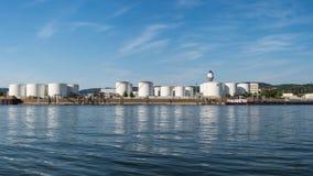 Opslagsilo's, brandstofdepot van aardolie en benzine op de banken van de rivier in West-Duitsland op een mooie blauwe hemel met w royalty-vrije stock fotografie