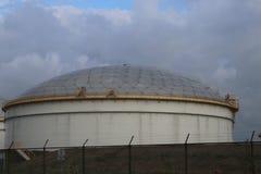 Opslagtank bij raffinaderij in Rotterdam om olie van brandstof in Nederland op te slaan royalty-vrije stock foto