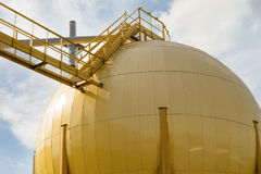 Opslagtanks van oliemolen Stock Foto