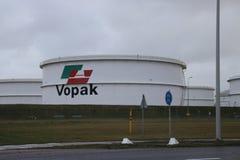 Opslagtanks van Vopak-terminal bij de Europort-haven in de haven van Rotterdam stock afbeelding